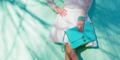 Was verrät die Art, wie du deine Handtasche trägst über dich?