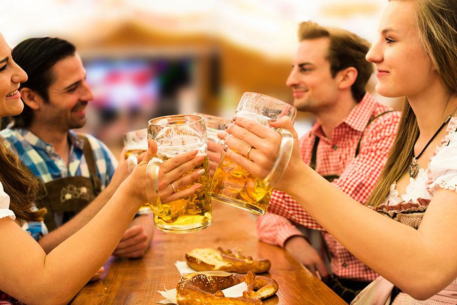 Bier trinken auf dem Oktoberfest